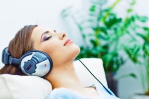 Junge Frau hört ein Hörbuch
