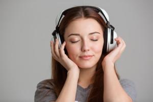 Frau hört Hörbuch