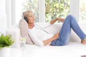 Frau hört zur Entspannung ein Hörbuch