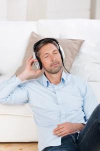 Mann hört ein Hörbuch